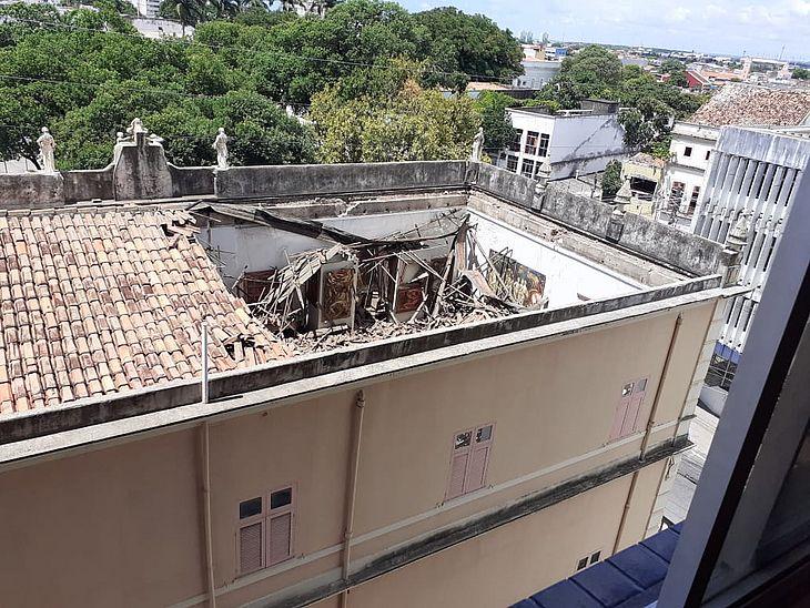DESABAMENTO – Parte do teto do Museu Pierre Chalita cai e destrói obras de arte