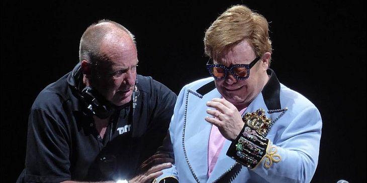 PERDEU A VOZ! Elton John  deixa o palco chorando e revela que está doente