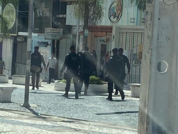 FORTE FISCALIZAÇÃO – Após descumprimento de decreto, policiais fecham lojas em Arapiraca