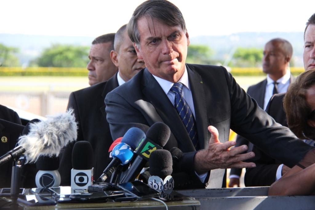 """NÃO PEGA NADA! –  Bolsonaro diz que brasileiro precisa ser estudado; """"Pula no esgoto e não acontece nada"""""""
