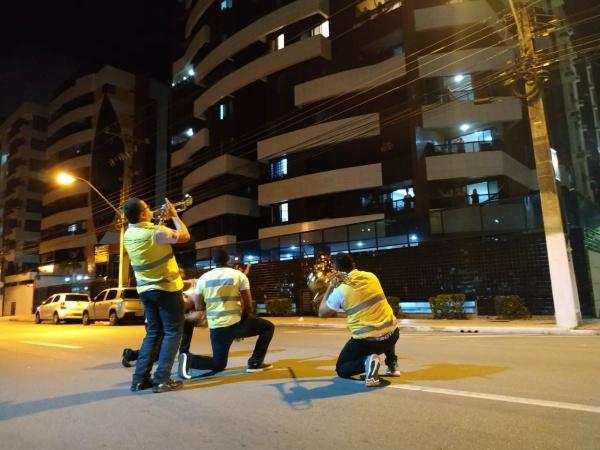 ÂNIMO EM TEMPOS DE CRISE – Ronda no Bairro leva música para maceioenses em isolamento social