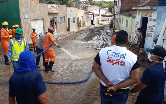 SANTANA DO IPANEMA – Casal participa de limpeza das ruas atingidas por enchente