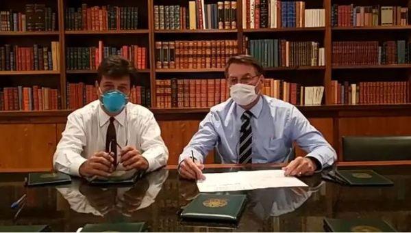 A BRUXA ESTÁ SOLTA! Casos de coronavírus em comitiva e morte de ex-ministro abalam a semana presidencial